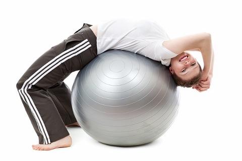 バランスボールで腹筋を鍛える基本3ポーズとは