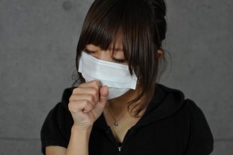 大人喘息が急増!原因不明の長引くせきが危ない