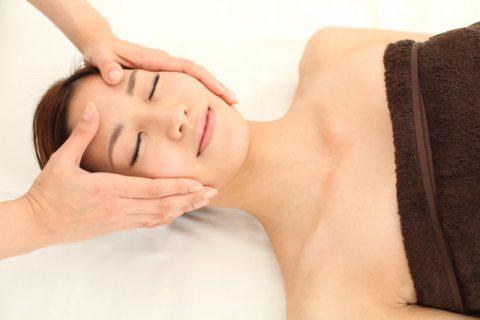 顔のリンパマッサージは鎖骨と首筋からスタート